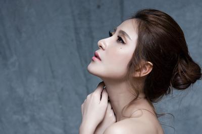 首が綺麗な女性