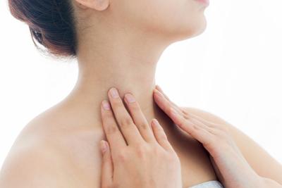 首を触る女性