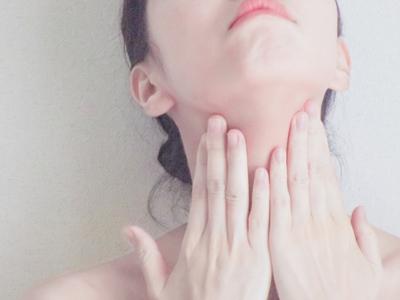 首イボを気にする女性